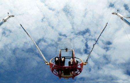 Photo pour Parc à thème bungee tour sur le point de décoller - image libre de droit