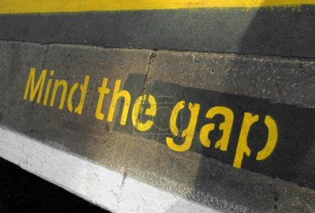 Photo pour Le signe de l'écart sur une plate-forme ferroviaire ou le métro de l'esprit - image libre de droit