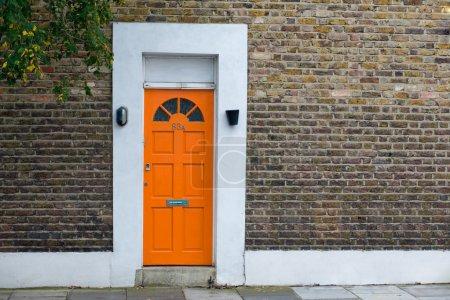 Photo pour Maison avec porte orange - image libre de droit