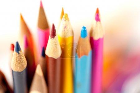 Photo pour Gros plan de nombreux crayons sur fond flou, faible profondeur de champ - image libre de droit