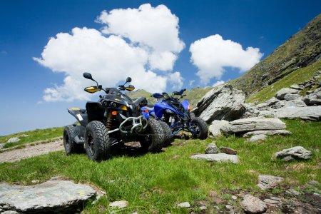 Photo pour Image de véhicules tout terrain sur une montagne par une journée ensoleillée - image libre de droit