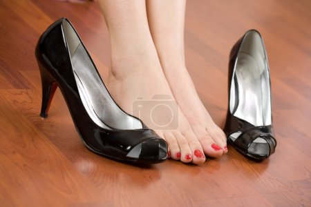 Photo pour Femme pieds avec des chaussures à proximité - image libre de droit
