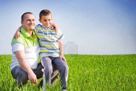 Photo pour Père et fils passer un bon moment en plein air dans le champ de blé - image libre de droit