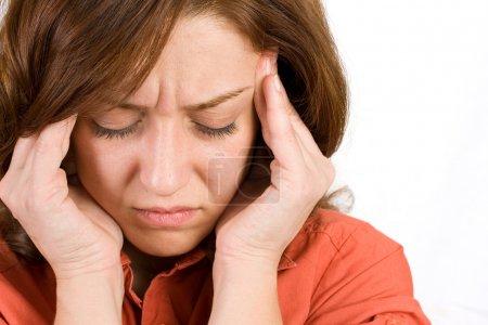 Photo pour Portrait d'une femme avec des maux de tête sévère - image libre de droit