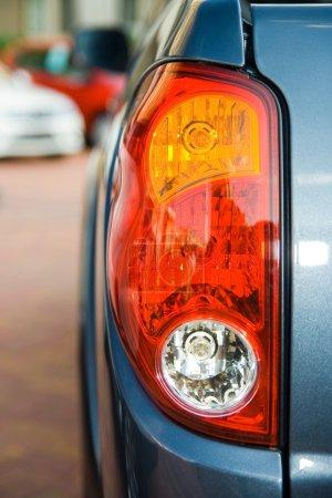 Photo pour Gros plan des feux arrière d'un camion bleu - image libre de droit
