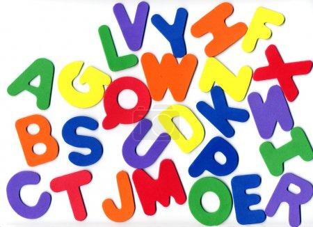 Foto de Letras de varios colores mostrando el alfabeto de la espuma - Imagen libre de derechos