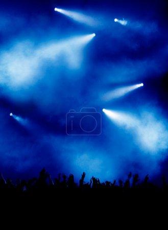 Photo pour Fond bleu avec éclairage de concert impressionnant, beaucoup de fête - image libre de droit
