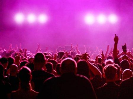Photo pour Silhouette de foule de public ou la partie du concert, des phares lumineux et blancs roses - image libre de droit