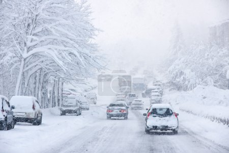 Photo pour Tempête de neige, mauvaise visibilité, routes slicks et beaucoup de trafic - image libre de droit