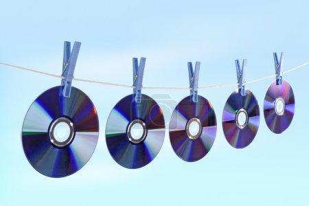 Foto de CD de secado de la cuerda con la ropa gira contra el fondo azul - Imagen libre de derechos