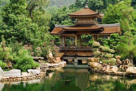Photo pour C'est la maison chinoise traditionnelle près de l'étang. - image libre de droit