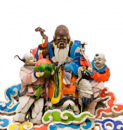 Photo pour Trois couleurs chinois dieu des personnes âgées et des enfants sculptures sourire sur le toit du temple traditionnel asiatique avec fond blanc . - image libre de droit