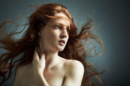 Photo pour Portrait de la jeune fille sexy aux cheveux ondulés - image libre de droit