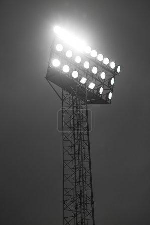 Photo pour Projecteurs du stade lite dans la nuit. - image libre de droit