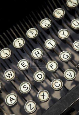 Photo pour Gros plan d'une machine à écrire vintage - image libre de droit