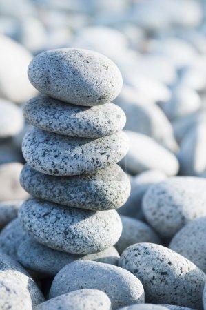 Photo pour Pile de pierres de galets avec contre-jour . - image libre de droit
