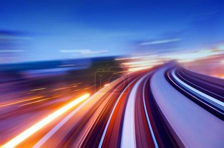 Photo pour Vue abstrait sur l'autoroute surélevée, notion d'excès de vitesse. - image libre de droit