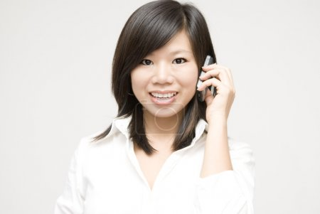 Photo pour Femme d'affaires asiatiques sur le téléphone - image libre de droit