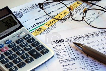 Photo pour Calculer l'impôt sur le revenu et les autres documents fiscaux connexes - image libre de droit