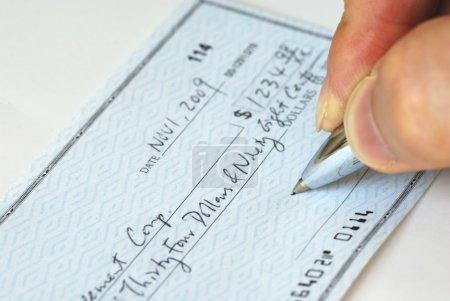 Photo pour Rédaction d'un chèque pour payer la facture - image libre de droit