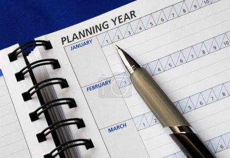 Photo pour Planification de l'année sur le planificateur de jour - image libre de droit
