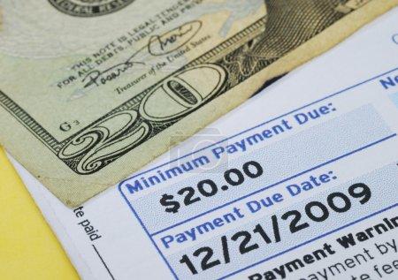 Foto de Hacer el pago mínimo en la cuenta de tarjeta de crédito aislada en amarillo - Imagen libre de derechos
