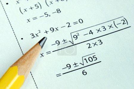 Photo pour Fait quelques calculs de l'année scolaire avec un crayon - image libre de droit