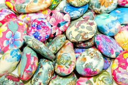 Photo pour Lot de pierres décoratives colorées peintes à la main - image libre de droit