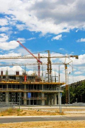 Photo pour Grand chantier de construction avec trois grues - image libre de droit