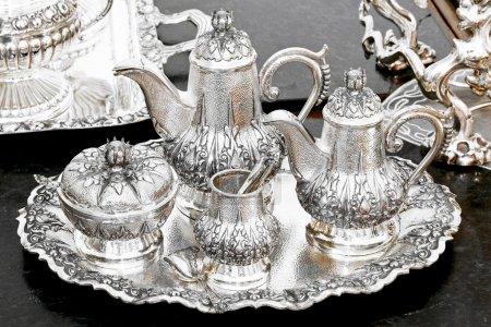 Photo pour Vieil ensemble de thé argent luxueux au plateau - image libre de droit
