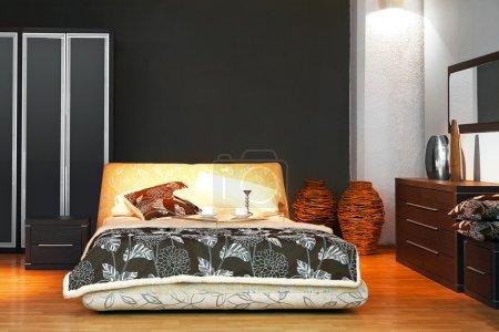 Photo pour Intérieur de la chambre moderne avec lit double - image libre de droit