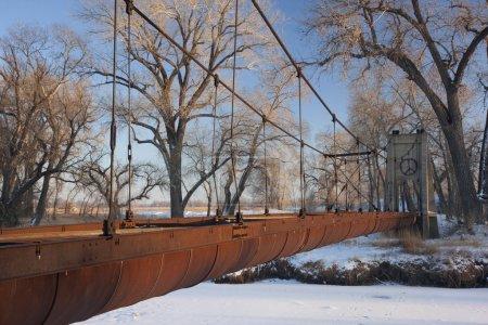 Photo pour Ancien aqueduc abandonné (fossé d'irrigation) suspendu à travers une rivière dans les terres agricoles du Colorado, paysages d'hiver - image libre de droit