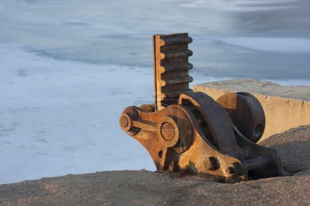 Lifting gear of irrigation ditch gate