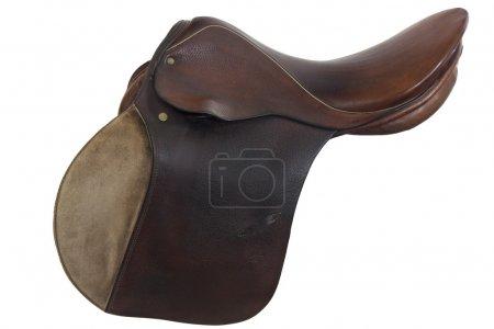 Photo pour Style très utilisé, en anglais, selle de cheval, isolé sur blanc, clipping path inclus, en cuir brun et or - image libre de droit