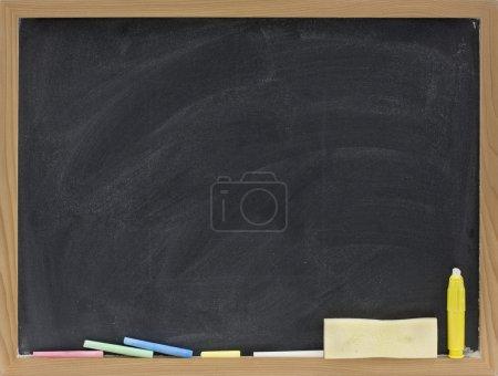 Photo pour Petit tableau blanc dans un cadre en bois avec des morceaux de craie et une éponge gomme - image libre de droit