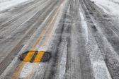 camino resbaladizo hielo con línea amarilla