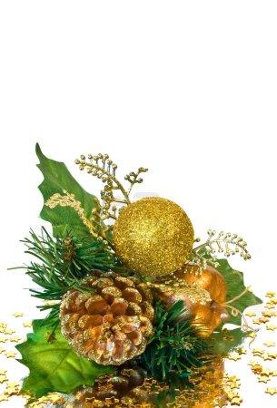 Photo pour Décoration de Noël - branche vert et or avec cône de pin, de babioles, de feuilles et d'autres ornements - image libre de droit
