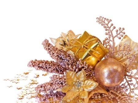 Photo pour Décoration de Noël doré - branche de poinsettia, coffret cadeau, baies et pommes - image libre de droit