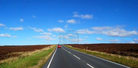 Photo pour Vue paysage de la route à travers les landes du Yorkshire . - image libre de droit