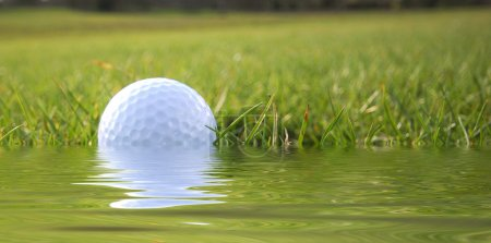 Photo pour Gros plan de balle de golf dans l'eau simulé - image libre de droit