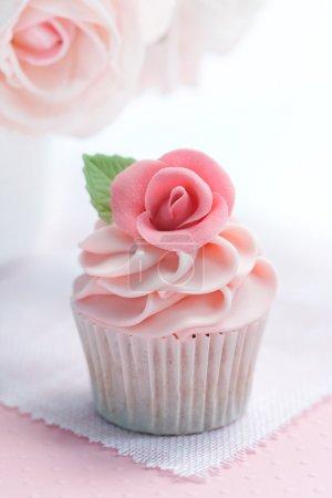 Photo pour Cupcake décoré avec un sucre rose rose - image libre de droit