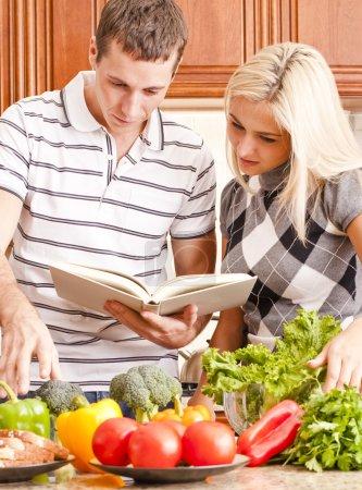jeune couple cuisine