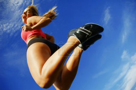 Photo pour Belle fille coureuse un jour d'été agasint le ciel, angle bas . - image libre de droit