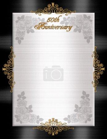 Photo pour Modèle d'invitation officielle noir blanc pour l'invitation du 50e anniversaire de mariage, satin noir et blanc avec texte doré, roses et accents dorés. Espace de copie . - image libre de droit