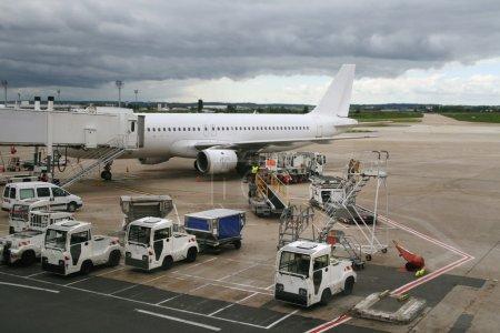 Photo pour Avion stationnée à l'aéroport - image libre de droit