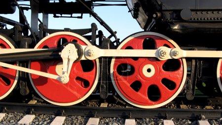 Photo pour Roues de la vieille locomotive soviétique, 40 ans, antique.Gros plan . - image libre de droit