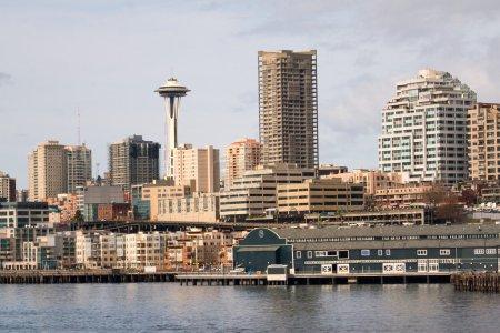 Photo pour Quai 59 secteur riverain de Seattle, y compris le centre-ville et l'aiguille spatiale, pris du ferry dans le Puget Sound . - image libre de droit