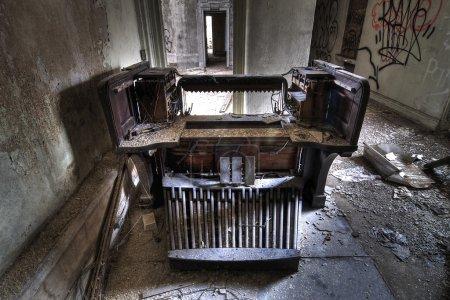 Photo pour Un vieil orgue dans une église abandonnée - image libre de droit
