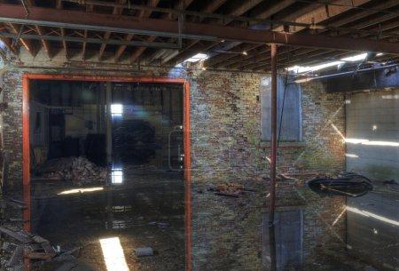 Photo pour Chambre inondée dans un entrepôt abandonné - image libre de droit