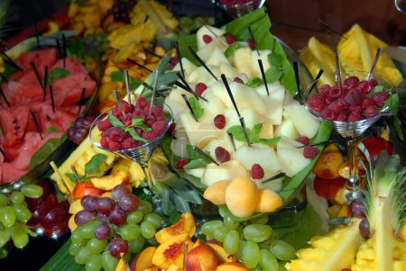 Photo pour Les fruits sur une table de buffet - image libre de droit